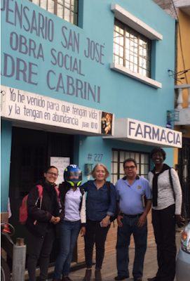 Silvia Alvarez de Davila, Dorothy Freeman, and colleagues from University of San Carlos of Guatemala in front of building.