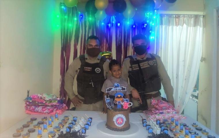 Menina comemora aniversário com homenagem a policiais