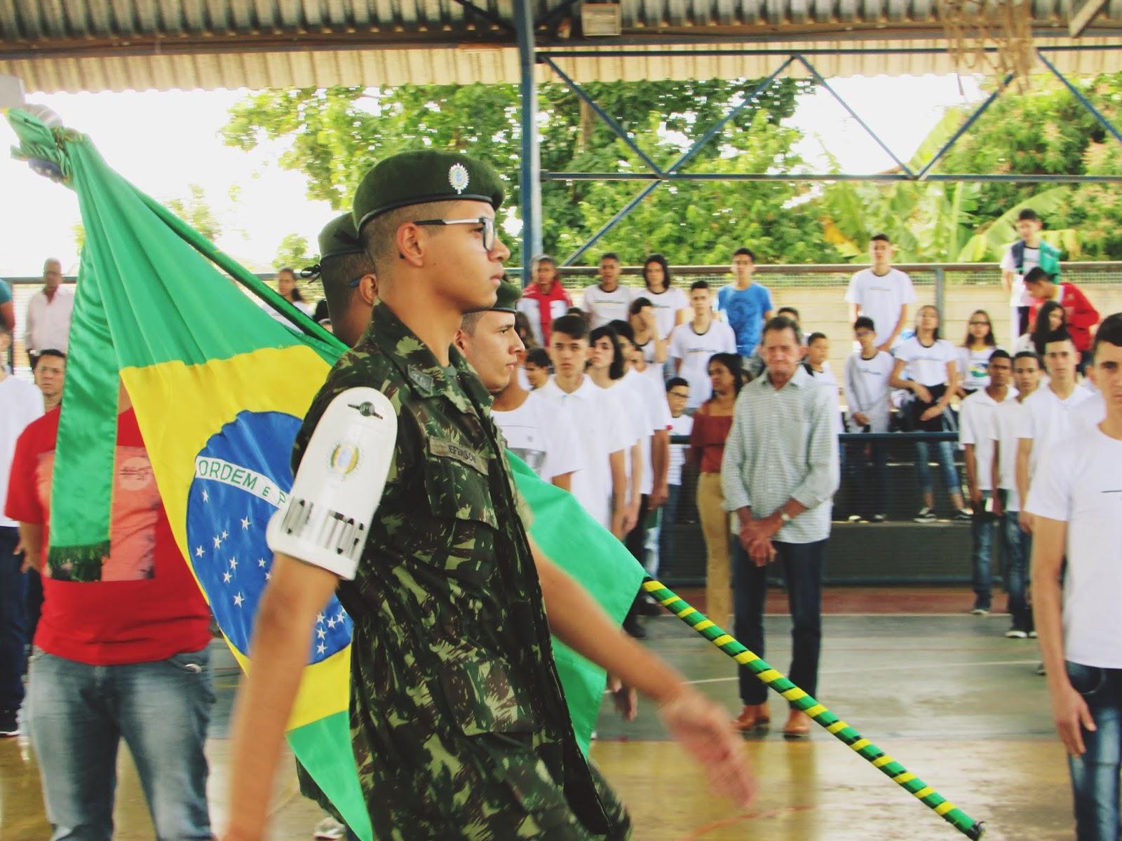 Jovens dispensados fazem juramento à bandeira em Cajobi