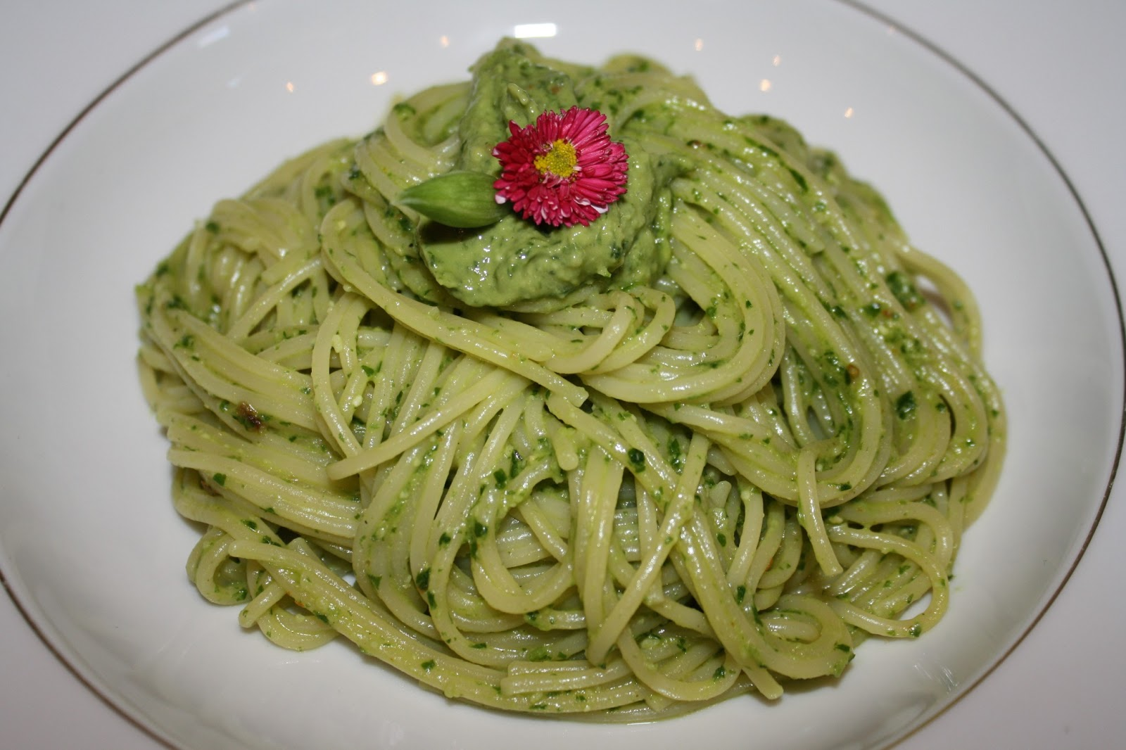 a cherry on top spaghettini mit b rlauch avocado pesto. Black Bedroom Furniture Sets. Home Design Ideas
