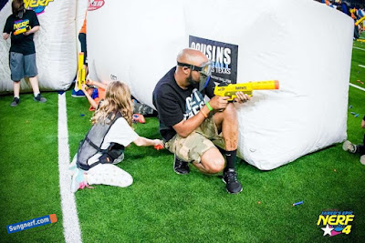 bố và bé đấu súng Nerf