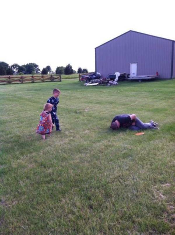pai e filhos brincando