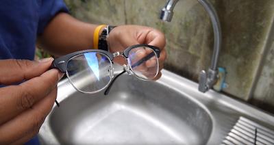 ล้างแว่นให้สะอาดใส