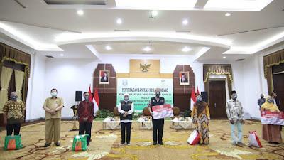 2.300 Lansia Dapat Bantuan Paket Sembako, Gubernur Khofifah: Lansia Paling Rentan Terpapar Covid-19
