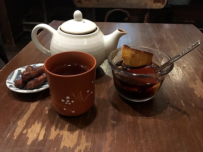 JR四ツ谷駅から新宿通りを西へ徒歩4・5分ほどにある純喫茶『高品質珈琲と名曲   私の隠れ家』のキャラメルプリンハーフサイズとほうじ茶