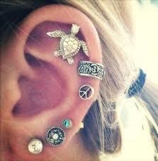 O ear bling nada mais é do que a combinação de brincos pequenos em diversos furos da orelha.