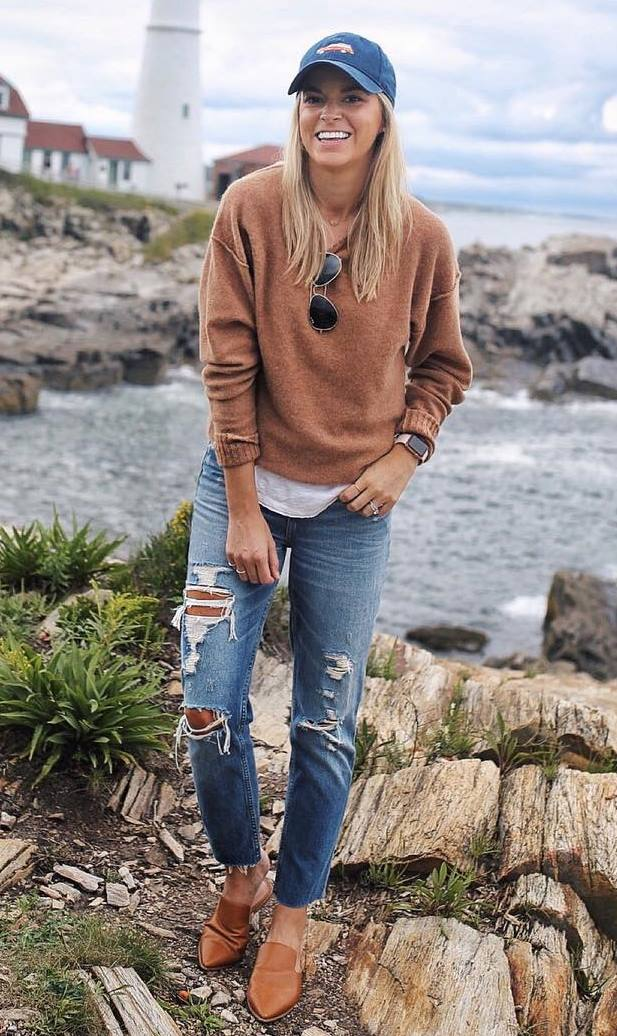 fall street style addict / hat + brown sweater + ripped jeans + loafers