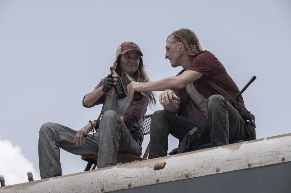 Dwight y Sarah en el episodio 5x12 de Fear The Walking Dead Ner Tamid