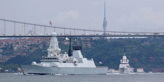 La Russia dice di aver sparato colpi di avvertimento contro una nave da guerra britannica vicino alla Crimea