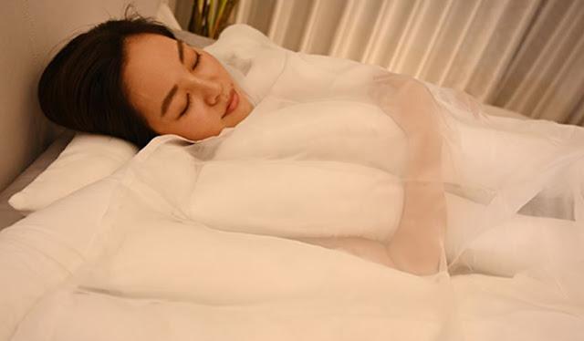 Wanita Ini Tidur dengan Selimut Aneh, Ternyata Desainnya Terinspirasi dari Udon