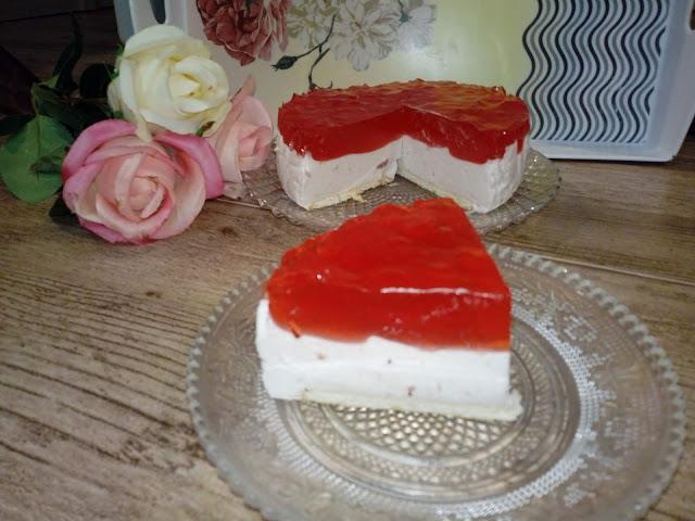 serniczek walentynkowy ciasto na walentynki ciasto walentynkowe mini serniczek na zimno sernik smieatnkowo truskawkowy z galaretka smietanowiec truskawkowy ciasto ze smietany kremowki