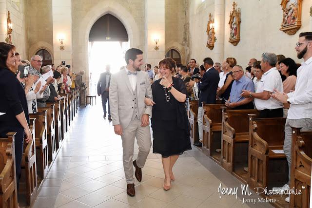 entrée du mariés et sa maman dans l'église