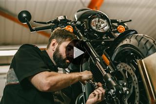 Mecánico reparando una moto