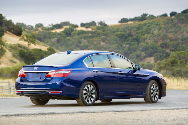Rear 3/4 view of 2017 Honda Accord Hybrid Touring