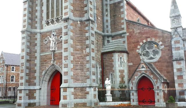 St. John's church, kirkko, katolinen kirkko, tralee, punaiset ovet