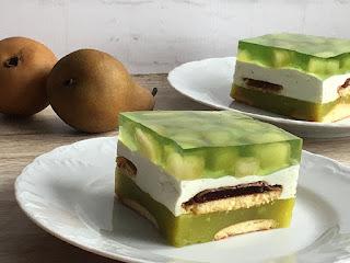 Ciasto bez pieczenia z zielonego soku z galaretką i gruszkami