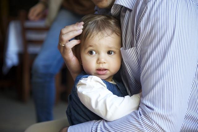 Vater umarmt Kind zur Verabschiedung