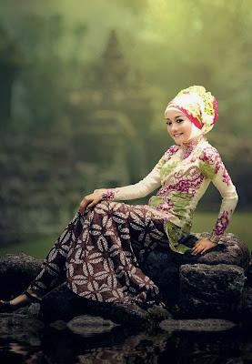 Kombinasi Kebaya  Modern dan Batik