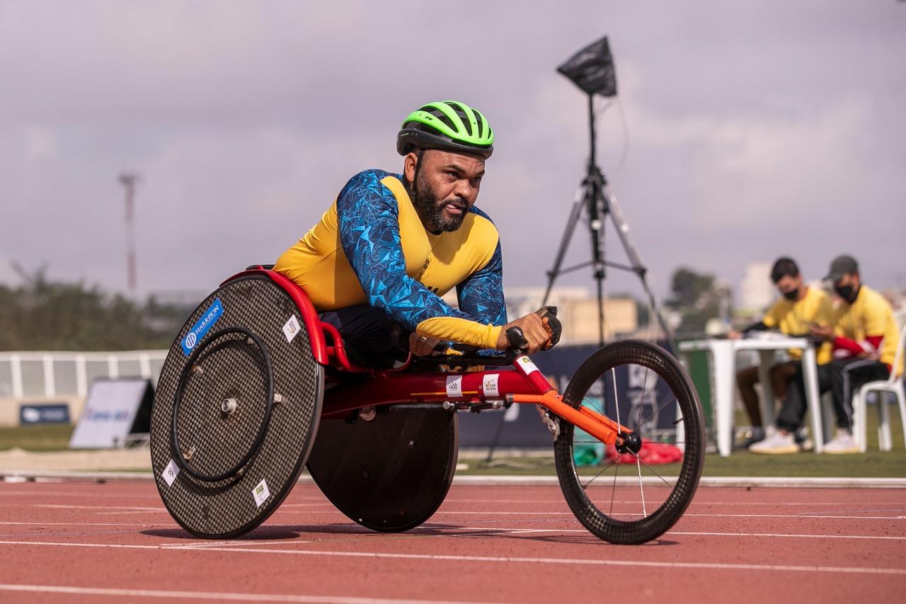 Ariosvaldo Fernandes, de amarelo, está na cadeira de rodas e capacete