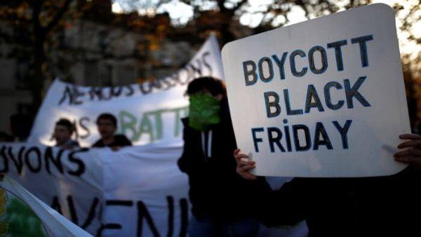 Activistas ambientales rechazan consumismo del Black Friday