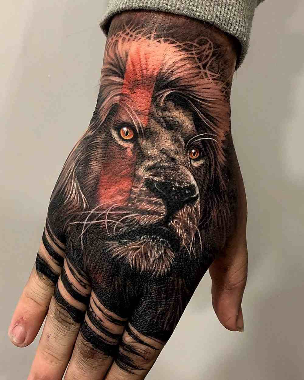 tatuajes de leon en las manos