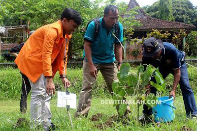 tanam pohon pendidikan biologi uad di desa wisata tinalah kulon progo