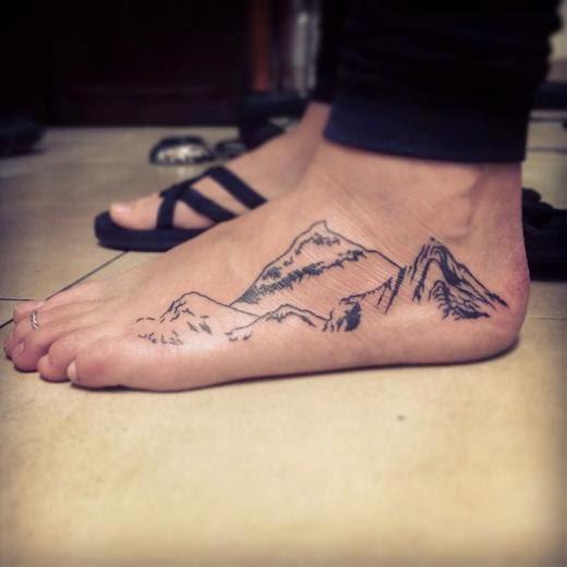 Vemos tatuajes en los pies