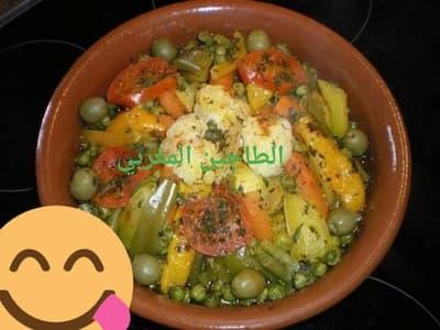 #طاجين بالدجاج والخضر  كمية من الدجاج يكون مغسول+الجزر+البطاطس+الجلبانة+اللوبيا+فلفلة حلوة+البصل+الشيفلور+الطماطم+فلفلة صفراء+القزبر والمعدنوس+التوابل +الزيت (مخلطة البلدية والرومية)  طريقة تحضير طاجين بالدجاج والخضر بالصور نضع الدجاج يتقلى مع الزيت والبصل والربيع  ونضيف التوابل لي هي عبارة عن (الملح+الملون+سكنجبير+ابزار)  نزيدو الجزر والبطاطس ثم الجلبانة واللوبيا الفلفلات والطماطم والشيفلور نزينو الطاجين بالربيع  والزيتون ونخليو الطاجين يطيب على نار مهيلة