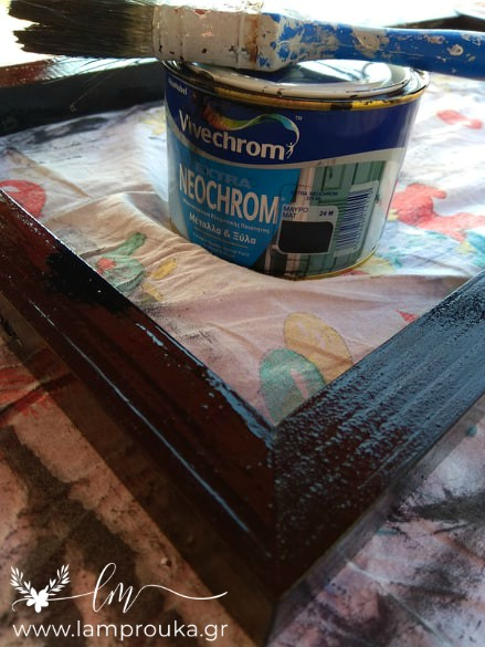 Βάφουμε τον δίσκο με λαδομπογιά.