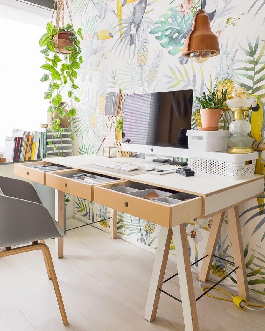 Skandynawski apartament z arabskimi akcentami, wystrój wnętrz, wnętrza, urządzanie domu, dekoracje wnętrz, aranżacja wnętrz, inspiracje wnętrz,interior design , dom i wnętrze, aranżacja mieszkania, modne wnętrza, styl skandynawski, scandinavian style, otwarta przestrzeń, open space, biurko, home office, miejsce do pracy, tapata w dżunglę, urban jungle
