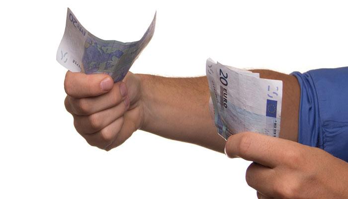 Orang Membagikan Uang