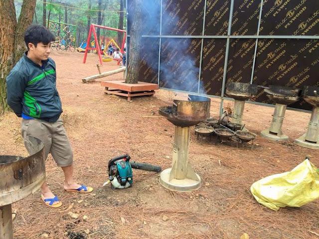 Một người đốt than, nướng thịt giữa rừng phòng hộ