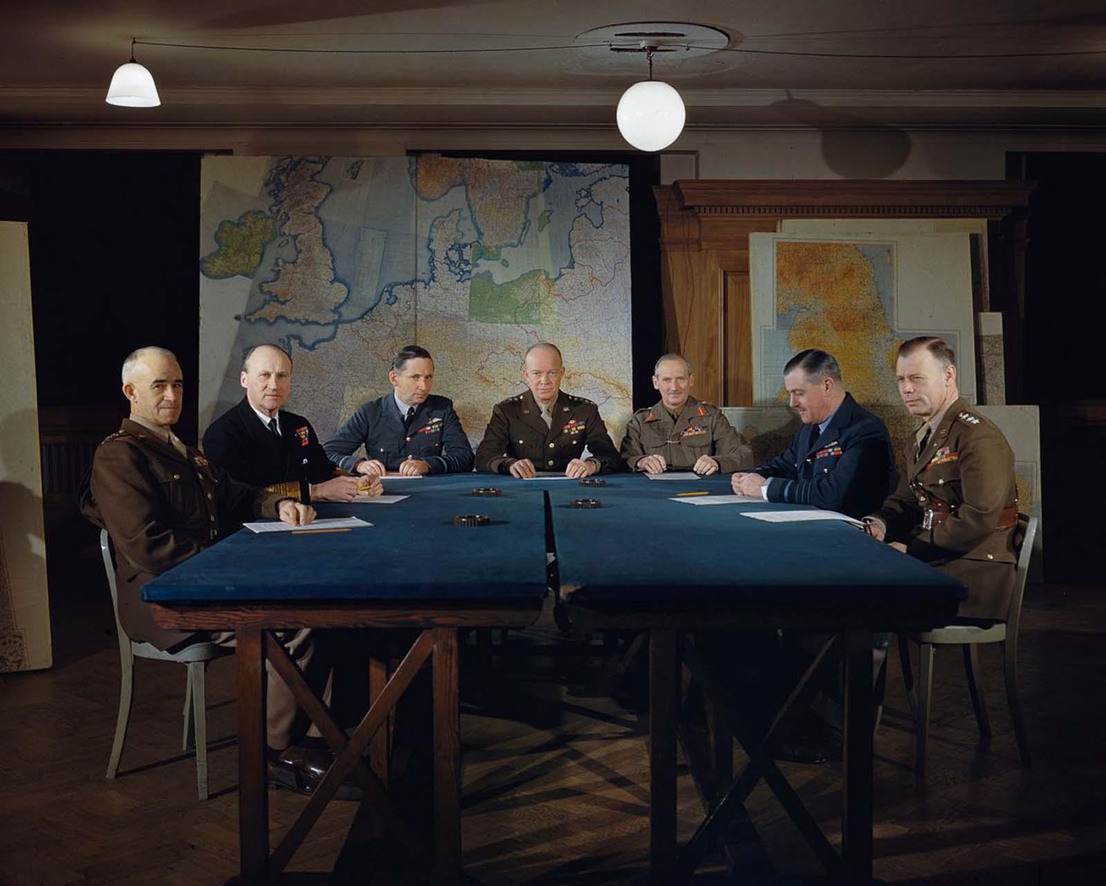 Dwight D. Eisenhower tábornok és vezető parancsnokai a londoni szövetségesek legfőbb parancsnokságán.  1944.