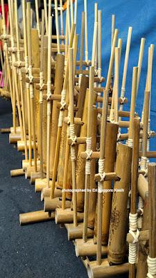 Angklung sebagai alat musik tradisional.