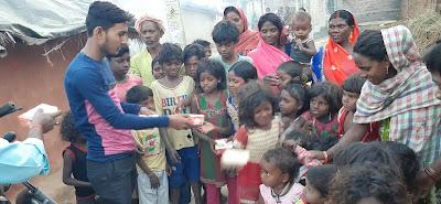 बालदिवस के मौके पर टी.आर.नारायण हेरिटेज स्कूल ने महादलितों के बीच बाटा पैकेट।