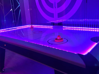 Air-hockey luminoso in sala giochi