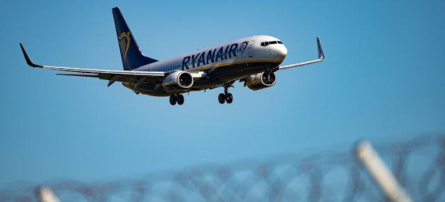 Un avion de Ryanair se prepara para aterrizar. (Foto de archivo)Unsplash/Fotis Christopoulos