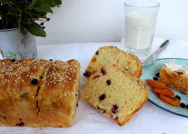 Σιμιγδαλένιο ψωμί πρωινού με ξερά φρούτα