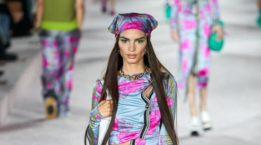 Dua Lipa and Naomi Campbell in the Epic Show by Donatella Versace for Spring-Summer 2022 Donatella Versace knows how to turn heads with her signature shows for every season, and during Milan Fashion Week, she gave us a special bouquet of celebrities to shine on the catwalk, wearing the most beautiful designs of the house, for the Spring-Summer 2022 ready-to-wear.