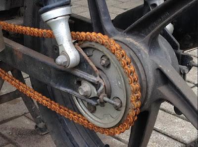 membersihkan rantai motor