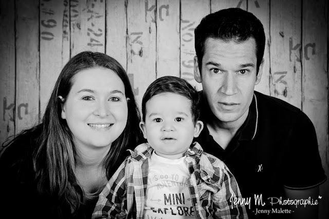 portrait famille en noir et blanc en studio