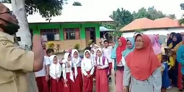 Tuntut Sekolah Dibuka Kembali, Emak-emak Demo di Depan SD