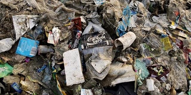 """PELO SEGUNDO ANO consecutivo, a Coca-Cola foi apontada como a marca mais poluidora por uma auditoria internacional sobre lixo plástico, conduzida pelo movimento Break Free From Plastic (""""Liberte-se do Plástico""""). A gigante do ramo de refrigerantes foi responsável pela produção de mais lixo plástico que o total dos três poluidores que aparecem logo abaixo no ranking."""