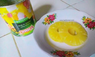 mencicipi nanas kaleng