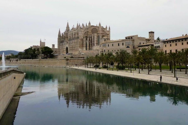 Things to do in Palma de Mallorca - admire Palma Cathedral
