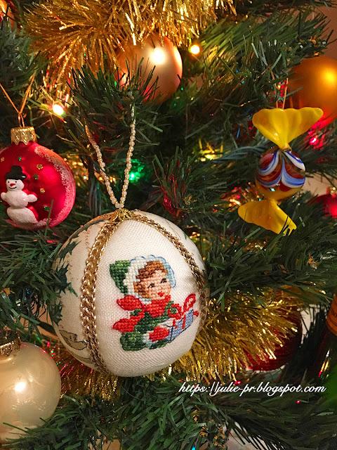 елочная игрушка с вышивкой, шарик вышивка крестом, французская вышивка, Le calendrier de l'avent, Адвент-календарь, Les brodeuses parisiennes, Парижские вышивальщицы, Veronique Enginger