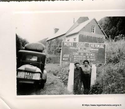 Photo de famille NB panneaux de villes, Le Mont-Dore.