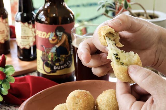 Bolinha de queijo harmonizada com cerveja artesanal