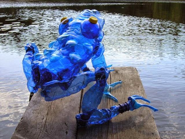 Rana hecha con botellas de plastico