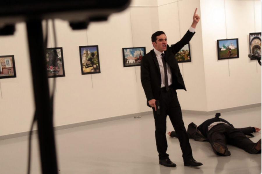 Η στιγμή της δολοφονικής επίθεσης στον Ρώσο Πρέσβη στην Τουρκία - (ΒΙΝΤΕΟ)
